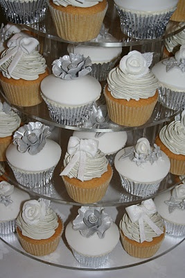 I just love this White and Silver Winter Wedding cupcakes. The silver cupcake with silver rose decorated on the top and the while one with fantastic icing  ♥  ♥  ♥  ♥  ♥