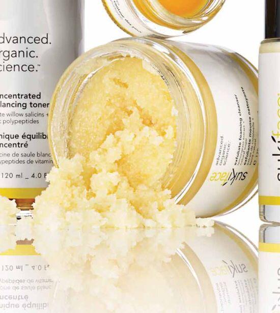 Exfoliate Foaming Cleanser er en herlig frisk og peelende ansiktsrens. Tette porer og døde hudceller fjernes effektivt og huden glattes ut. De naturlige ingrediensenes mildhet gjør at du kan bruke denne peelingen daglig.