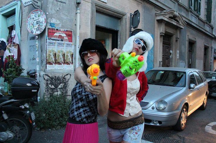 Jonida e Iva per INVASIONI BALCANICHE Ph. Eva Won Dressing Mackie Messer