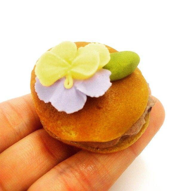 """ミニ黒糖生ドラ〜。シュガーのお花乗っけで、デコドラよん<span class=""""emoji emoji2764""""></span>️ #和菓子 #wagashi #deco #どら焼き #ミニサイズ #japan #kawaii"""
