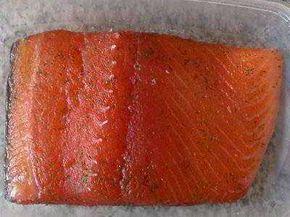 Receta para hacer salmón marinado. Recetas para el verano. Preparación del salmón marinado: Para evitar riesgos con el parásito anisakis, congela el salmón 24 horas antes de hacer el marinado.