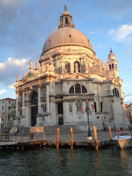 A Szent Márk térrel szemben, a Canal Grande torkolatánál elhelyezkedő templom Longhena tervei alapján épült az 1600-as években. Alapozásához 1 200 000 facölöpöt használtak. Kétkupolás, szokatlan alaprajzú, rendkívül hatásos építmény, amely minden irányból művészi lezárása a Canal Grande-nak. www.velenceikarneval.hu
