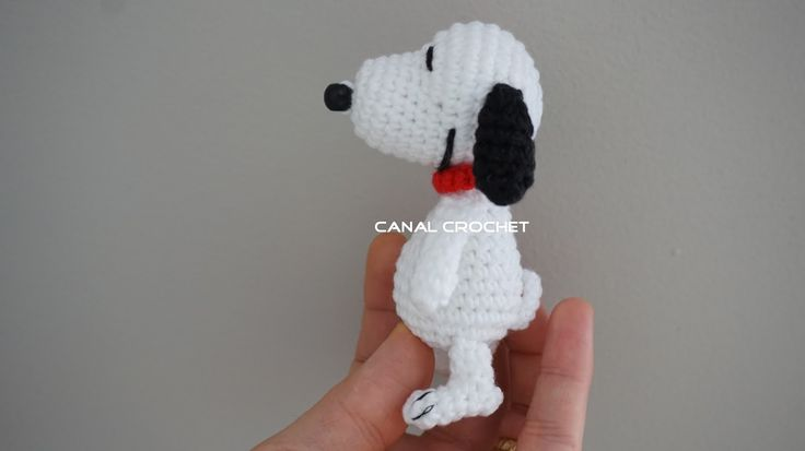 Amigurumis   Snoopy amigurumi:             Aquí el video:         Materiales:   Hilo blanco, negro y rojo.  Ganchillo 1'40mm.  Bola abalori...