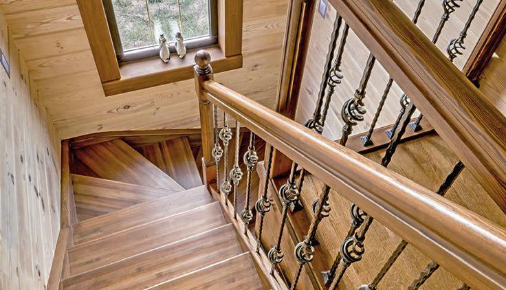 Отдельного внимания в доме заслуживает сложно изогнутая каскадная лестница, логично связывающая многоуровневое пространство. Изысканные кованые ограждения выполнены в лучших классических традициях. Перила и ступени изготовлены из дерева тех же тонов, что и напольное и настенное покрытия. Под верхним пролетом обустроена удобная кладовая.