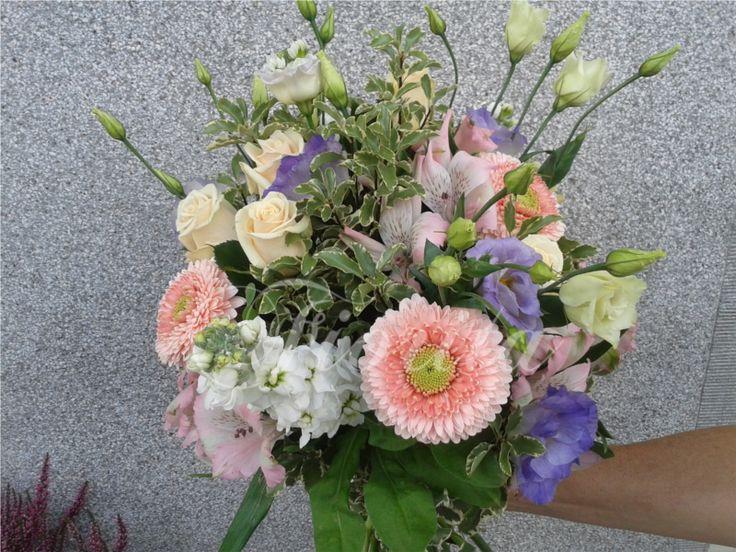 Kytice z gerber, růží, eustom, fial a alstroemérií