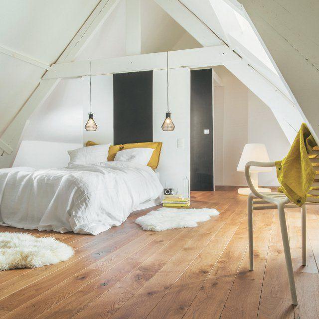Une chambre blanche sous les toits avec un parquet / white bedroom/ bed