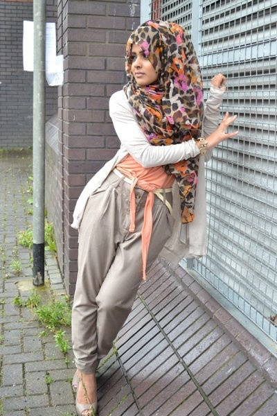 Blog post: http://www.theonlywayishijab.com/2011/09/our-funkyretrocasual-hijab-look.html