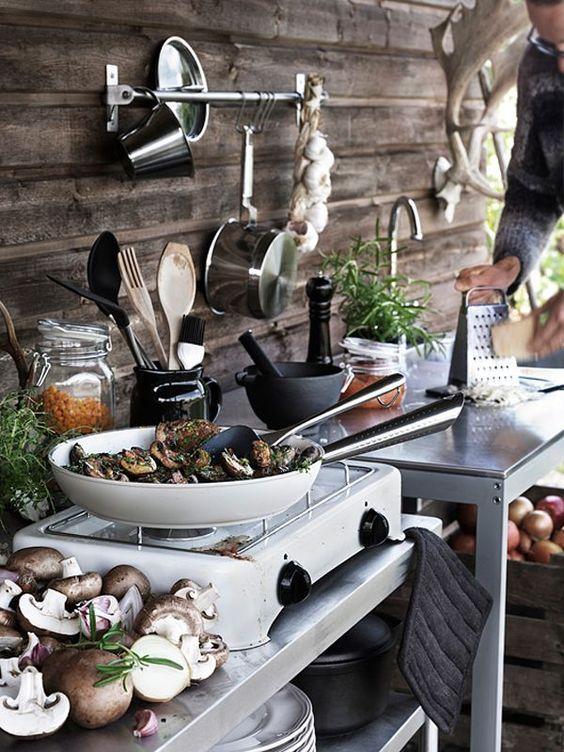 Entdecken Sie großartige Ideen und Entwürfe für die Outdoor-Küche sowie die verschiedenen Typen und wichtigsten Funktionen, die zur Erstellung einer richtigen Outdoor-Küche erforderlich sind.