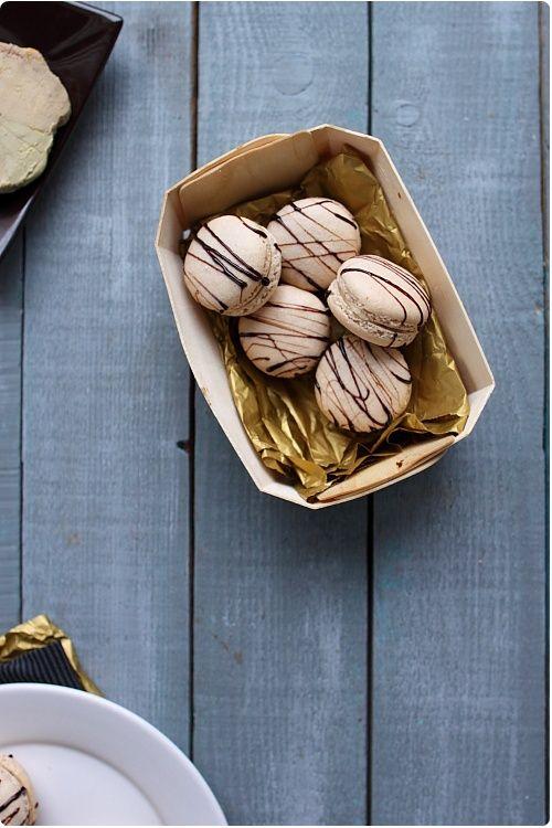 Foie gras et caramel balsamique se marient parfaitement dans des macarons. Parfaits pour un apéritif de fête. Découvrez les macarons en vidéos pour les réussir.