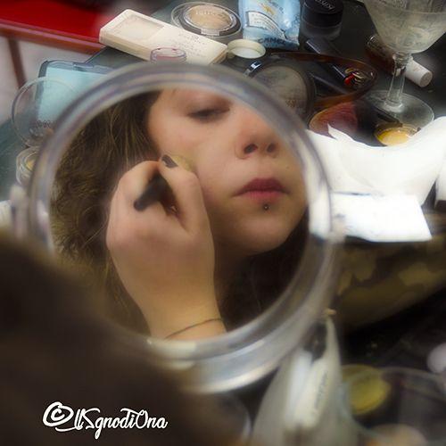 Quando ci guardiamo allo specchio spesso vediamo solo quello che non va ma possiamo imparare ad amare noi stesse con i nostri meravigliosi piccoli difetti!  #DonneAlloSpecchio