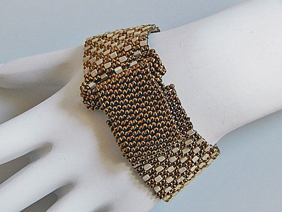 Diseño de tablero de damas hermosas. Es 7 de largo y 1 de ancho. Tiene una hebilla y una tira que entra bajo la hebilla y se cierra la pulsera. El cierre es magnético y ocultos. Una vez en la pulsera, no lo verás. La técnica utilizada es Peyote impar cuenta y puntada de la raspa de arenque. Las perlas utilizadas son granos de la semilla y los granos de Hex. Irá con cualquier equipo y para cualquier ocasión. Claro, sin embargo, impresionante.