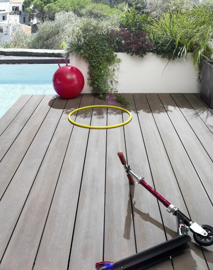 Prenez plaisir à être dehors avec ces lames de terrasse en composite. D'une surface lisse, ce produit vous propose le meilleur compromis qui soit : le confort d'installation et d'entretien du composite et la beauté incomparable du bois. Inspiration sol extérieur avec piscine.