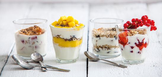 Yoghurt met gedroogd fruit, noten en geroosterde havermout