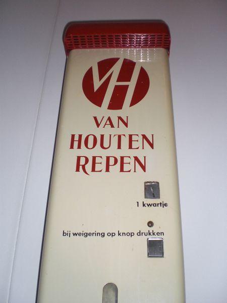 Van Houten; automaat waar je voor een kwartje een chocoladereep kon 'trekken': heerlijk!