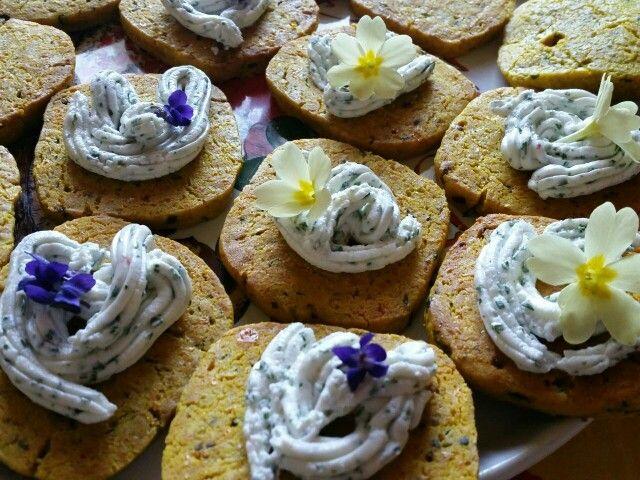 Biscotti  salati con formaggio curcuma e aglio orsino