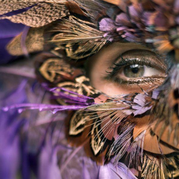 En la vida de cada mujer existen experiencias de dimensiones míticas. Las diosas griegas, Artemisa, Atenea, Hestia, Hera, Deméter, Perséfone y Afrodita representan patrones de comportamiento que pueden compararse a accionares humanos. Cada diosa posee determinados valores y poderes; al conocer ...
