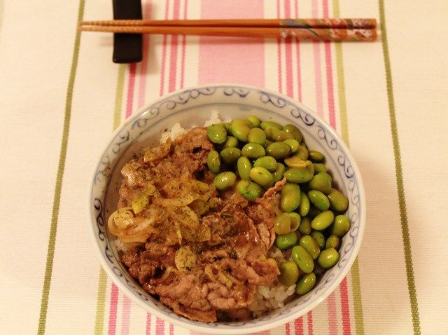 La ricetta del gyudon, un piatto unico semplice e veloce da preparare, e soprattutto molto gustoso, a base di riso, cipolla e carne di manzo