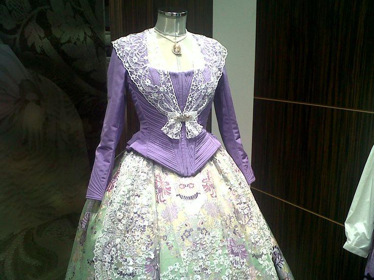 Confeccionado por ROA, es uno de mis trajes favoritos, corpiño de fallera morado con peinador y falda verde claro. Precioso!