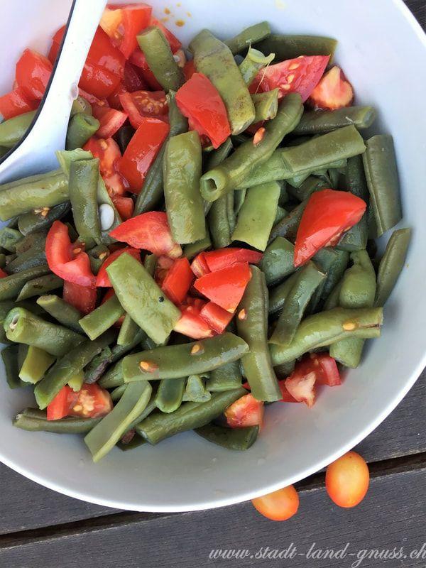 Rezept für einen Bohnensalat mit Tomaten. Stangenbohnen, Buschbohnen im Herbst.