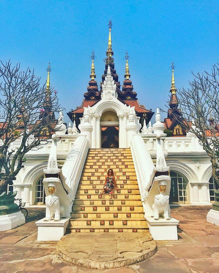 Mais um templo? Não! Na verdade este é o @dharadhevichiangmai considerado um dos melhores hotéis da Tailândia. Um lugar impressionante aberto em 2006 e construído todo em no estilo arquitetônico lana típico do Norte do país. São lindos pagodas piscinas coloniais lagos e até campos de arroz. Vilas impressionantes ótimos restaurantes lojinhas e uma super loja de doces. Não dá nem vontade de sair. Mas a sorte é que ele fica só a 10 minutinhos do centro de Chiang Mai. Ou seja o melhor dos…