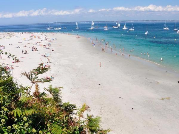 La plage convexe de l'île de Groix ( Morbihan) La plage de l'île de Groix est l'unique plage convexe d'Europe. Sa grande plage de sable blanc décrit un arc de cercle autour de la pointe de cette île du Morbihan située au nord-ouest de Belle-Île. Elle cache une autre particularité originale puisque cette plage des Grands sables change de place! Tous les ans, elle bouge naturellement d'une dizaines de mètres à cause des vents et de la houle.