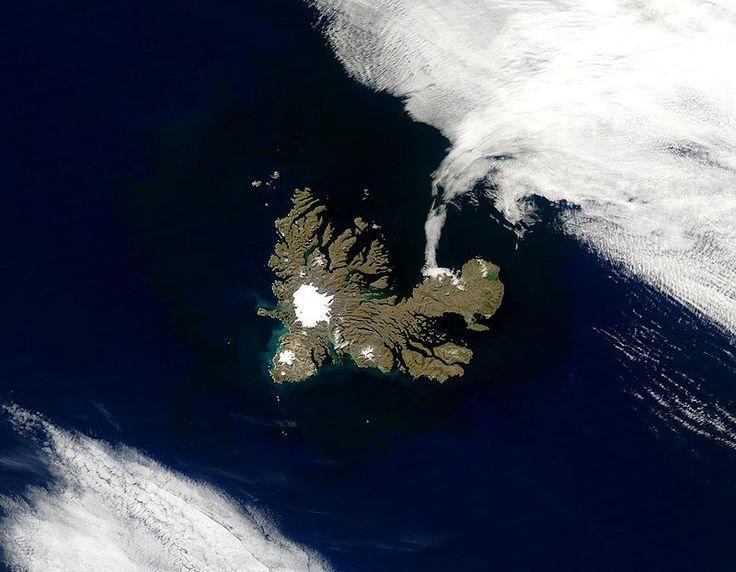 Arquipélago de Kerguelen. Ilhas do extremo sul do Oceano Índico, parte do território das Terras Austrais e Antártica Francesas. Fotografia: feita de satélite/NASA.   – Wikipédia, a enciclopédia livre.