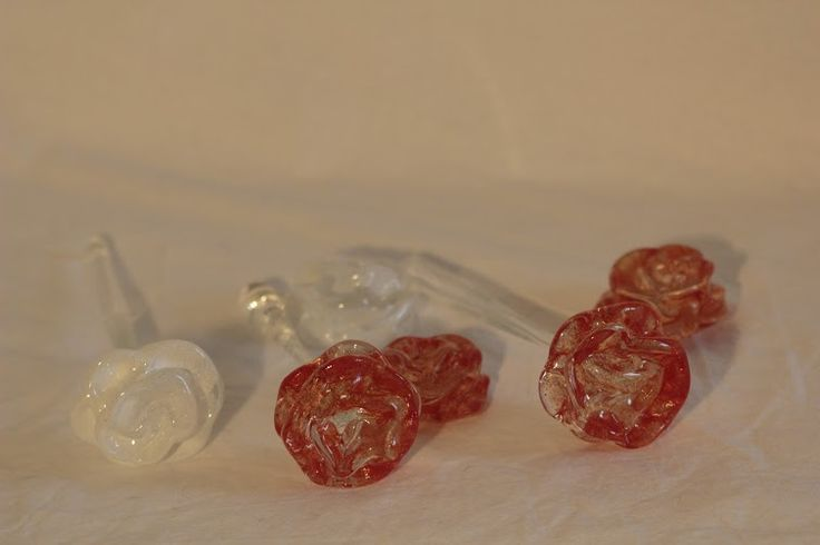 Glass roses (2016), made by Sini Kauranen See more: http://akita.arkku.net/english