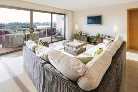 3 bed apartment sea views VCP Ferragudo  Op de 2e etage: (hal keuken(fornuis(4 kookplaten keramisch) afzuigkap koffiezetapparaat oven combimagnetron afwasmachine koel-/vriescombinatie wasmachine) woon/eetkamer(TV(flatscreen satelliet Internationale zender(s)) eettafel(6 personen) zithoek airconditioning) slaapkamer(2-pers. bed of 2x1 pers. Bedden airconditioning) slaapkamer met badkamer(2-pers. bed ligbad douche wastafel toilet bidet airconditioning) slaapkamer met badkamer(2-pers. bed of…