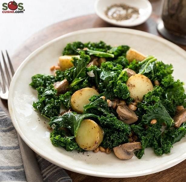 . Cette recette combine le croquant des topinambours et de l'épeautre avec la douceur des champignons et du chou frisé. Le résultat est une salade très savoureuse qu'on sert en accompagnement ou en entrée.
