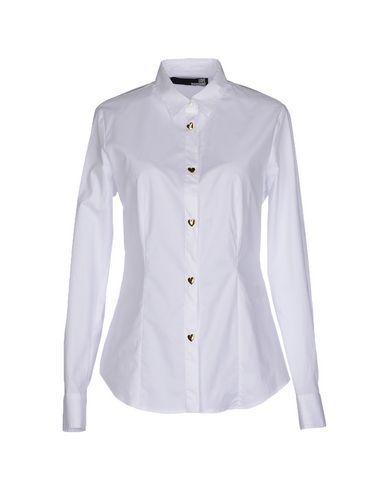 Camicia bianca con bottoni a cuore. Fit e comunicazione perfetti.  White shirt with heart-shaped bottons. Perfect fit and message