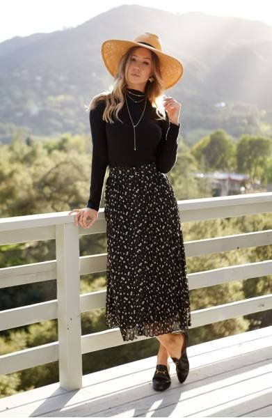 From the dainty, blossoming print to the flowy A-line silhouette, this button-front midi skirt is softly feminine in every way.