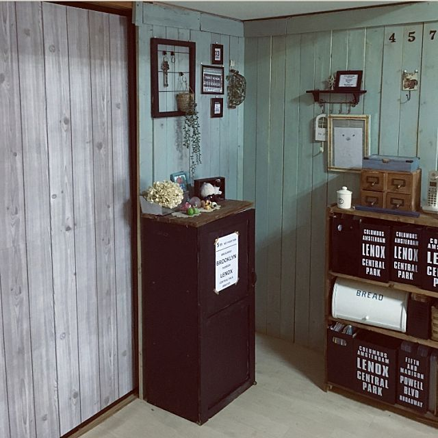 haruさんのOverview ダイソー カラーボックス DIY セリア 団地 フェイクグリーン ブレッド缶 木材 男前 板壁DIY 1×4 カラーボックス 扉に関する部屋写真