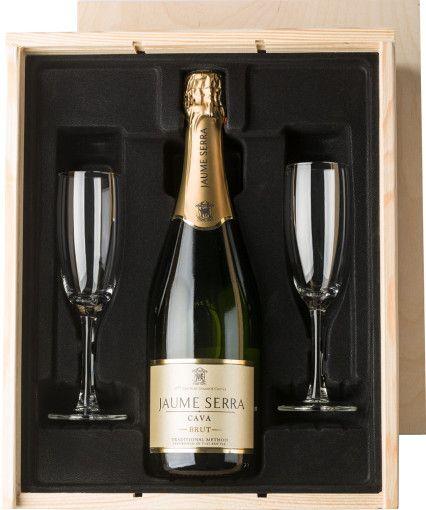 Een heerlijk glaasje #bubbels om het jaar af te sluiten! De champagneset is een stijlvol en luxe #geschenk waar u iedere relatie blij mee kunt maken. De elegante set is perfect om waardering te tonen voor medewerkers en relaties. De champagneset bestaat uit een warme houten kist gevuld met een fles Jaume Serra #Cava Brut (750 ml) en twee champagneglazen. De mousserende wijn heeft een intens aromatische smaak met een fris en fruitige basis. Zeer geschikt als jubileum- of eindejaarsgeschenk.