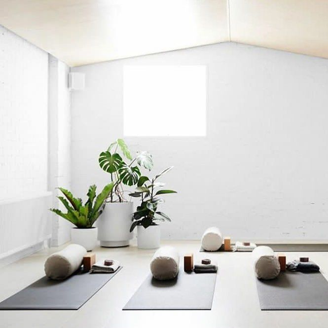 Love Love Love The White Walls With Simple Plants Creating The Atmosphere So Natural And Energy Yoga Studio Design Yoga Meditation Room Yoga Studio Interior