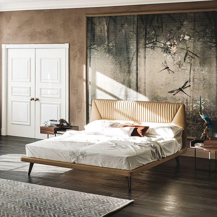 AMADEUS è un elegante letto imbottito di CATTELAN ITALIA. Eleganza e un tocco di raffinata classe. Sorprendono le cuciture e le eleganti pieghe del tessuto della testiera. AMADEUS denota un design di classica eleganza in una linea attuale e moderna.