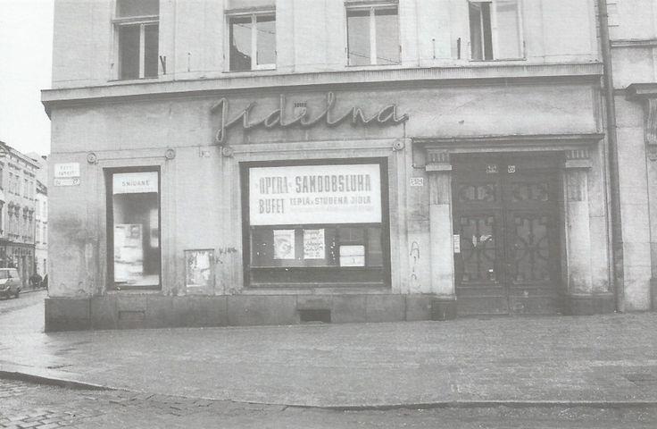 Bufet Opera a legendární okénko, kde se prodávaly bramboráky (foto 1994)
