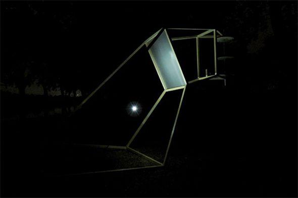 Farol est une sculpture filaire en porte-à-faux qui se dresse contre la tramontane. Elle a été conçue avec l'idée simple de capter l'énergie du vent pour la transformer en lumière.  Sa forme crée une mise en tension. Géomé- trique et structurée, elle vient s'opposer au caractère fugace et insaisissable des masses d'air. De ce rapport de forces naît la lumière, qui révèle la sculpture par l'intérieur. - Marie Luce Nadal