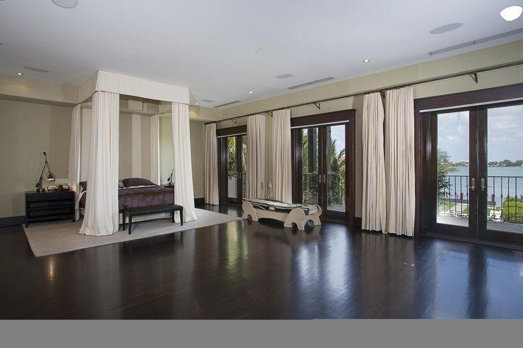 La maison de Matt Damon. L'acteur Matt Damon a récemment vendu sa maison de Floride afin de déménager à Los Angeles. TopTenRealEstateDeals.com #deco  #maison #star #miami #floride #chambre