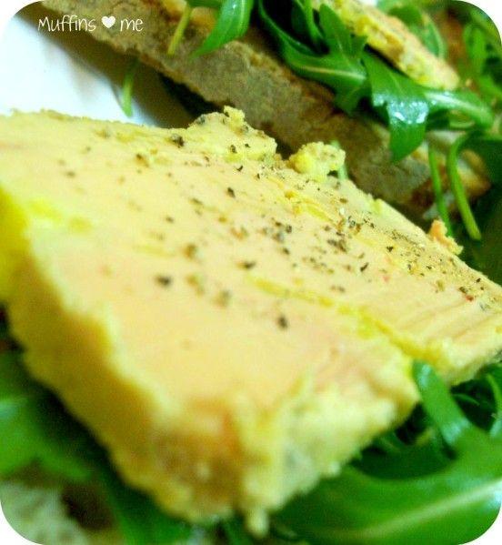 Pour clôre les recettes de Noël, voici la recette facilissime de la maman de Ginette pour faire un foie gras maison en terrine . La seule précaution à prendre est de faire cuire son foie gras 2 voire 3 jours à l'avance pour qu'il repose et n'en soit que...