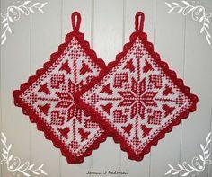 Julen nærmer seg med stormskritt, og sammen med den, nye idèer til strikkemønstre... Denne gangen ble det enda et par med grytekluter so...