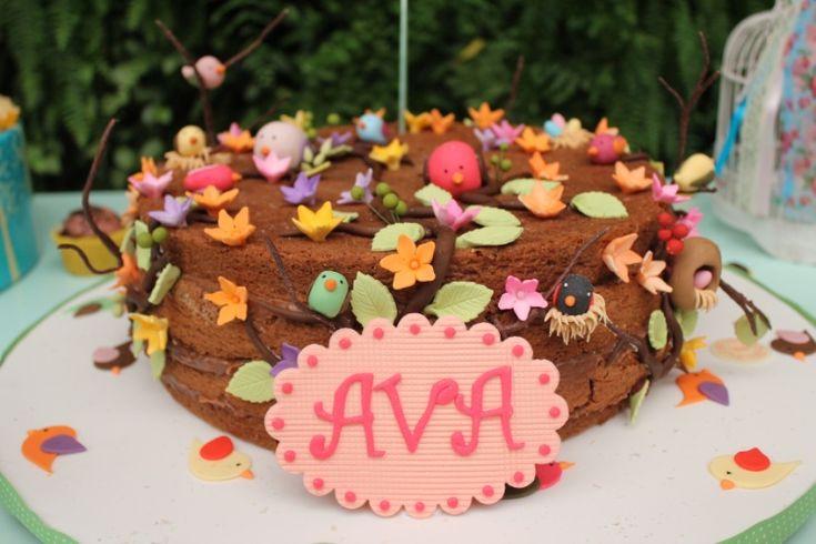 """Com a chegada da primavera, que tal aproveitar a estação das flores como tema de festa de aniversário? Produzido por Tammy Montagna, o """"naked cake"""", ou bolo pelado, como é chamado o doce que tem as camadas à mostra, foi decorado com passarinhos e flores feitas de pasta americana. O resultado foi um lindo jardim de açúcar. O projeto é da Decoração do Baile (decoracaodobaile.wordpress.com)"""