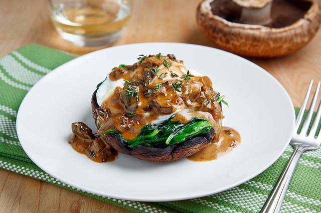 ... portobello mushrooms with poached eggs in creamy sauce / italian
