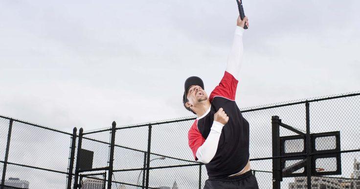 Presentes para fãs de tênis. Dê para um fã de tênis um presente do tema que ele se encantará ao receber. Quer ele seja um tenista, tenha apenas começado a fazer aulas ou simplesmente assista a partidas, você pode encontrar o presente de tênis perfeito com uma breve pesquisa.