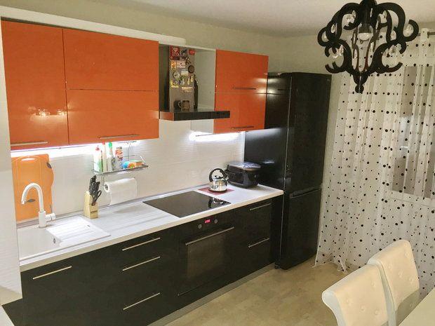 оранжевая черная кухня