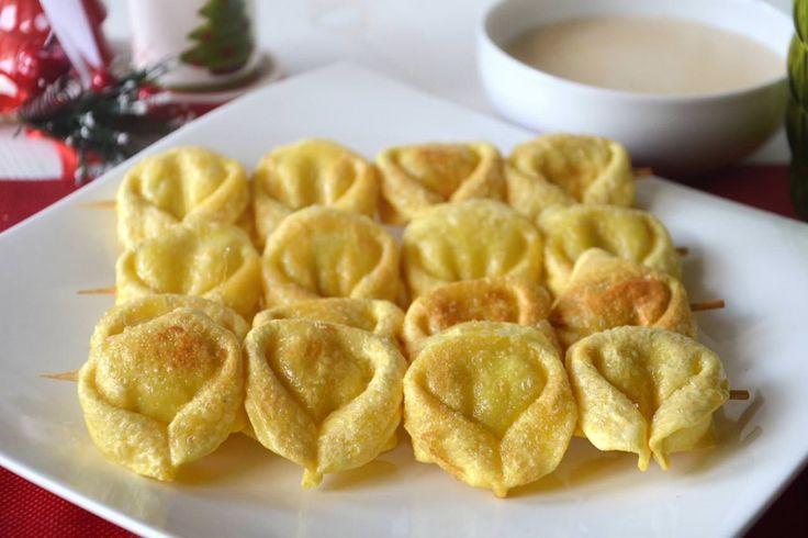 Spiedini di tortellini fritti, scopri la ricetta: http://www.misya.info/ricetta/spiedini-di-tortellini-fritti.htm