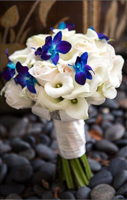 Pozitív Esküvői Inspirációk: Fehér esküvői csokrok, kék kiemelő