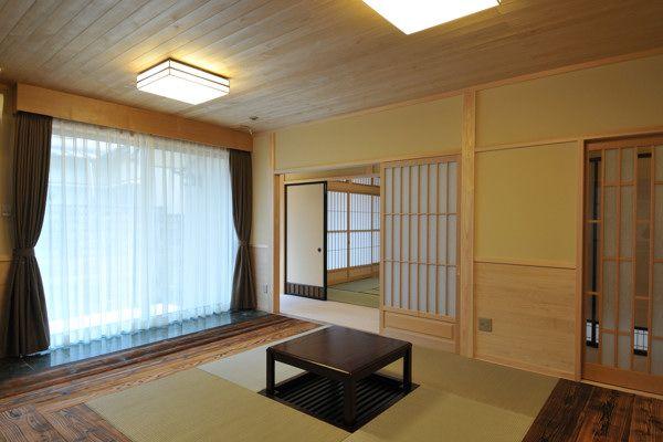 F-Y house:琉球畳の和風リビング。フローリングは焼杉。