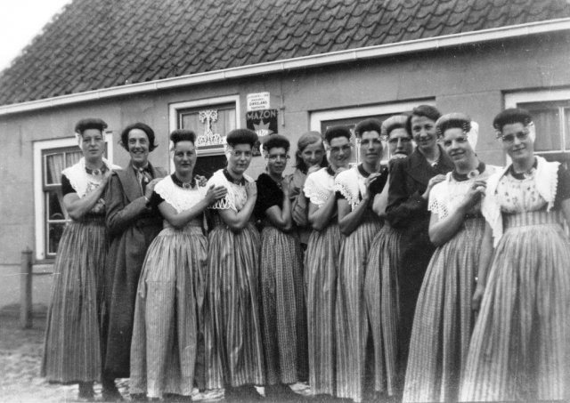 Verjaardagsvisite van jonge vrouwen in de Bartstraat; ca. 1938