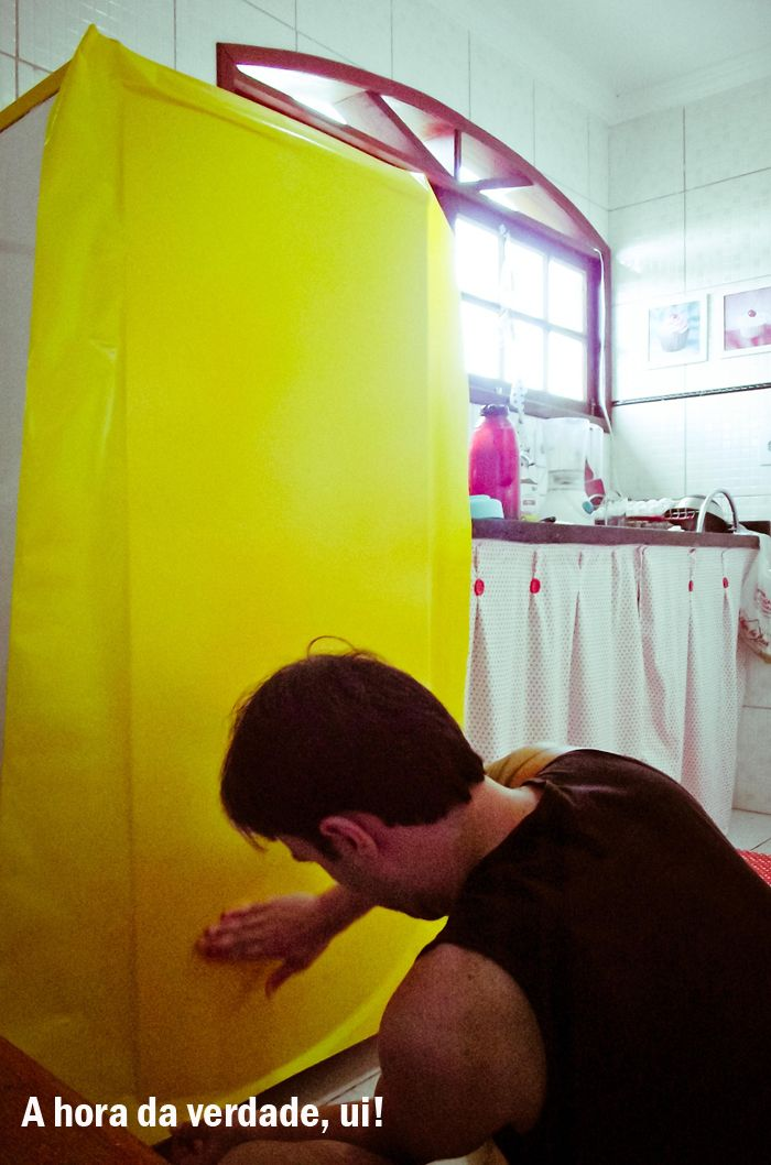 Poderia ter resumido esse monte de fotos, mas não consegui, sorry. Vou tentar explicar detalhadamente como fizemos a tal da geladeira amarela, mesmo não havendo mistério nenhum =) Vocês já sabem que mudei do RJ aqui pra Gravatá e não trouxe nada que já tinha ne? Tudo ficou no Rio e começamos do zero. Essa …