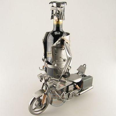 Cadeau beeldje, Motorrijder op harley Wijnfleshouder Product.nr.: 0893 De motorrijder rijdt trots op zijn Harley Davidson. Maten (h/b/d) in cm ca.: 28x15x18 (levering zonder decoratie)